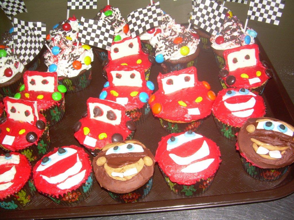LIGHTENING MCQUEEN CUPCAKES-