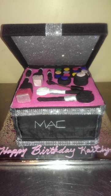 MAKE UP CASE CAKE-